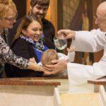 offrir un cadeau de baptême à un petit garçon